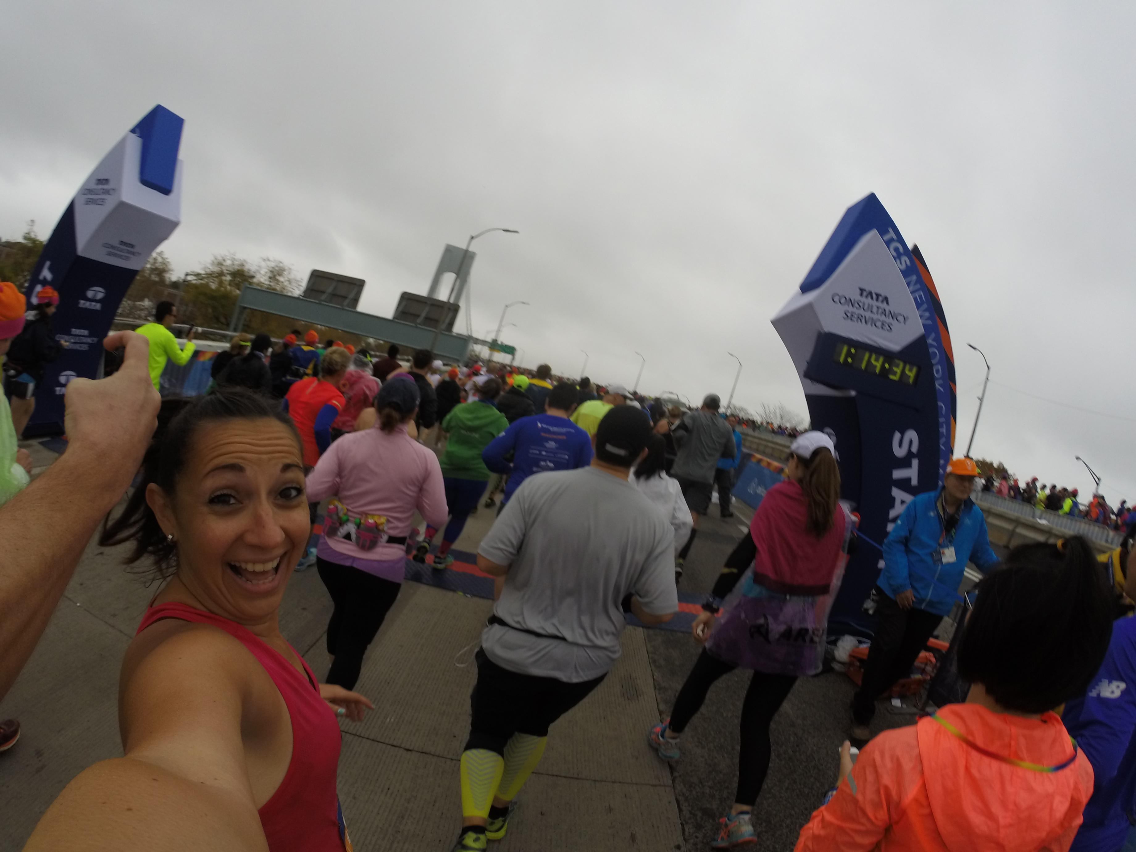 A punto de pasar por el arco de salida de l TCS New York City Marathon y cruzar el Verrazano Bridge