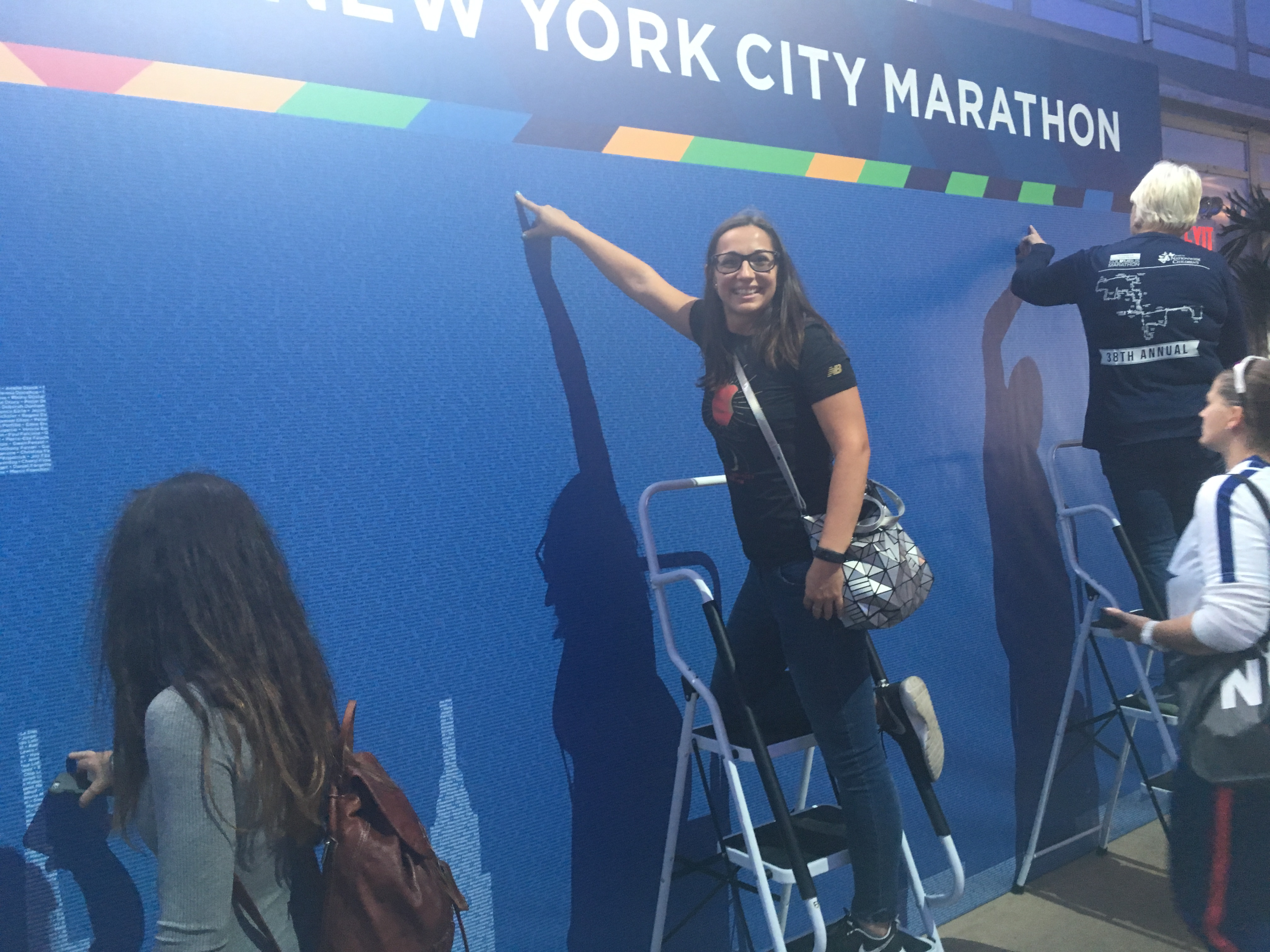 Buscando mi nombre en la pared en el TCS New York City Marathon Pavilion. Estan los nombres de todos los participantes.
